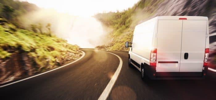 Photo d'un véhicule dédié sur la route pour effectuer une livraison