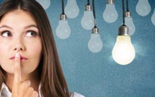 Photo d'une femme avec des idées représentées par les ampoules