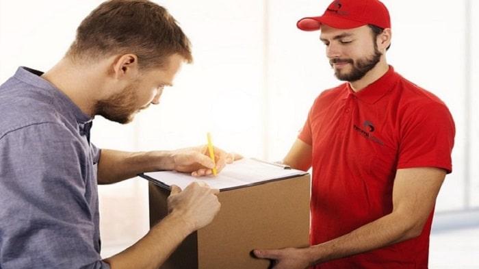 Livraison d'un colis express avec la signature du client sur le bon de livraison
