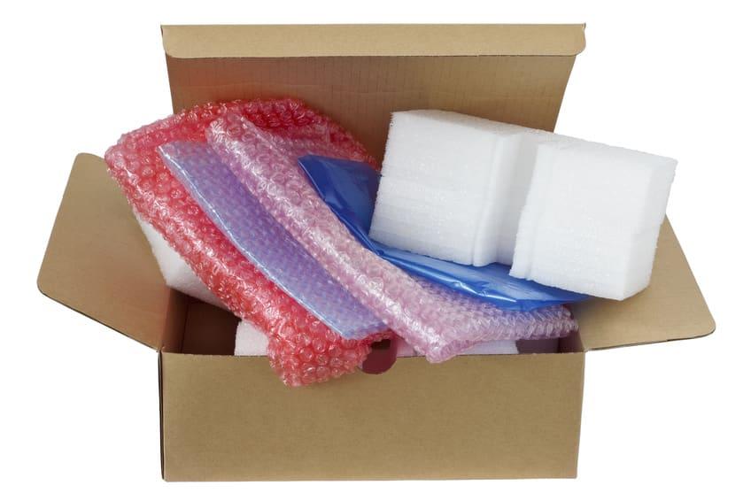 Photo d'un carton avec tous les types d'emballages pour les œuvres d'arts