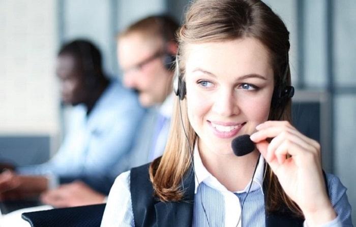 Un exploitant est au téléphone avec un client afin d'établir un devis pour une demande de transport