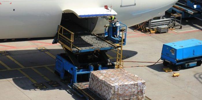 Photo d'un chargement de fret aérien dans un avion cargo