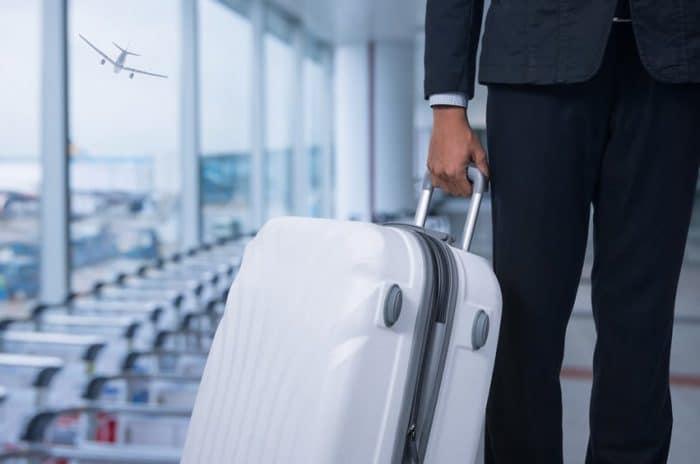 Photo d'une personne avec une valise dans un aéroport