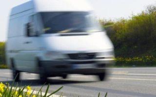 Photo d'un véhicule en route vers une livraison urgente