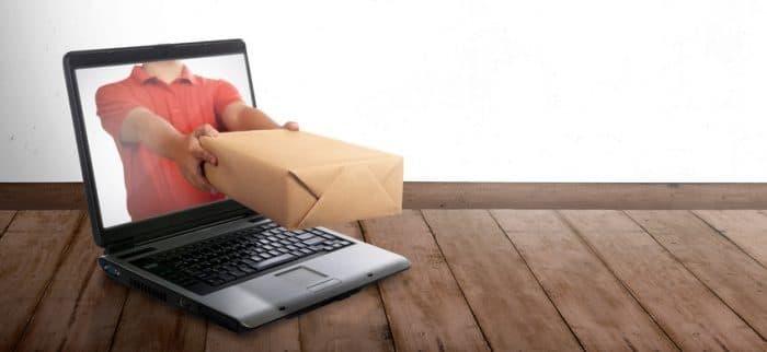 Photo d'un suivi d'un colis représenté avec un ordinateur