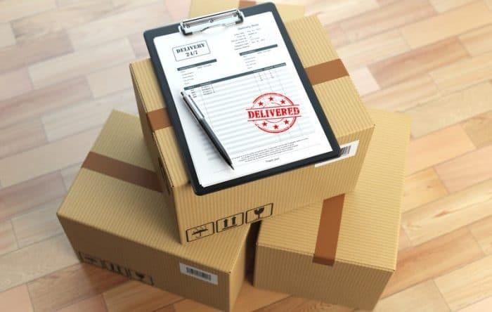 Photo de trois cartons avec un bon de livraison