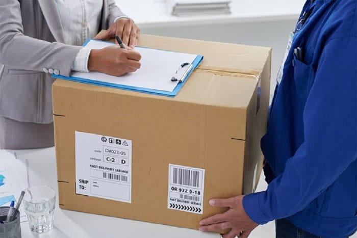 Livraison de matériels professionnels avec la signature du bon de livraison