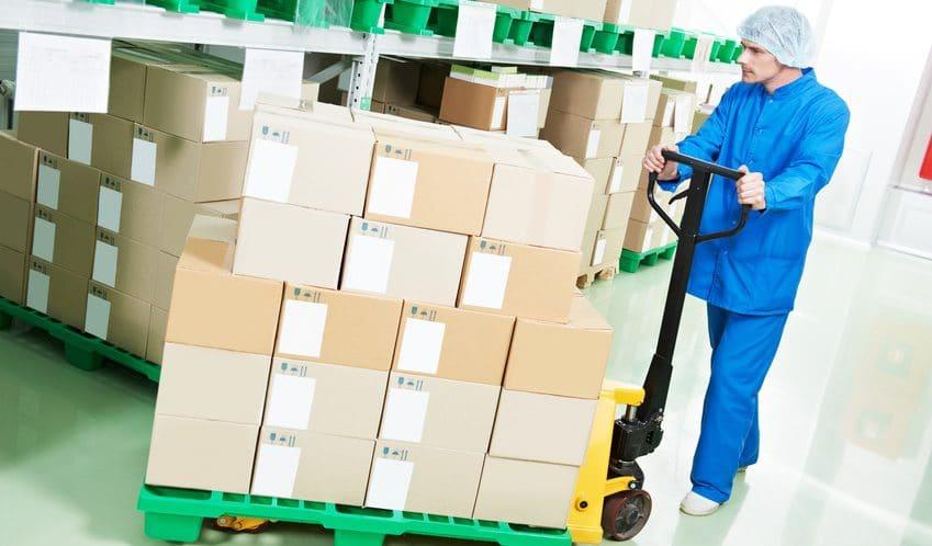 manutention-de-produits-pharmaceutiques-avec-un-transpalette